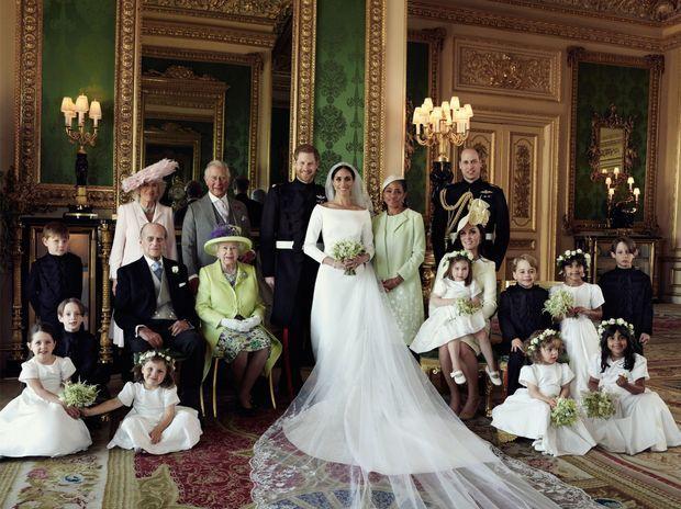Photo officielle du mariage du prince Harry et de Meghan Markle avec leurs familles et leurs enfants d'honneur