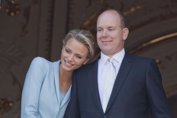 « Vendredi 1er juillet, 17 h 40. Les jeunes époux apparaissent au balcon du palais après le mariage civil. Charlène se love contre son prince. » - Paris Match n°3242, 4 juillet 2011