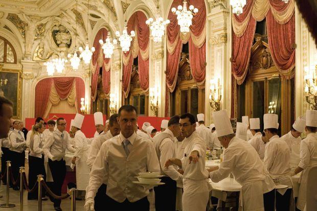 « Samedi 2 juillet. Dans l'une des deux cuisines dressées derrière les terrasses du casino, 250 maîtres d'hôtel, chefs de rang et commis de service s'affairent. Réglée au millimètre, l'organisation du dîner princier est militaire. » - Paris Match n°3242, 4 juillet 2011