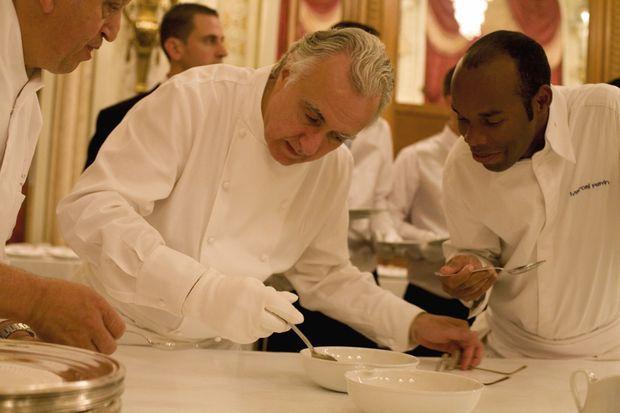 « Le chef multi-étoilé Alain Ducasse avec Marcel Ravin, chef du Blue Bay, à Monte-Carlo. » - Paris Match n°3242, 4 juillet 2011