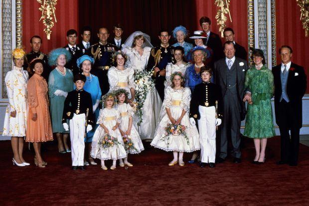 La famille royale d'Angleterre autour de Charles et Diana après le mariage.