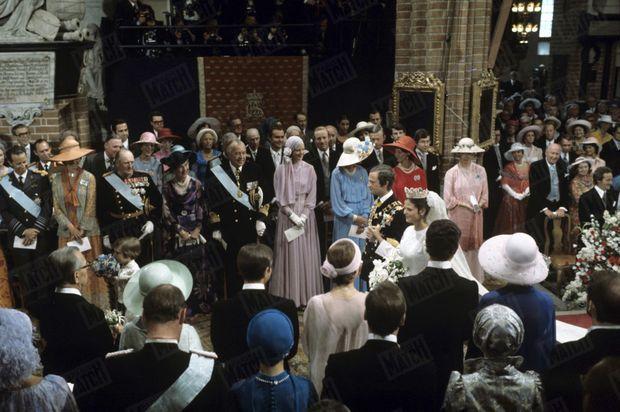 « L'Europe des rois et des princesses leur fait la haie. Au 1er rang des 120 invités (de g. à dr): la reine Fabiola et le roi Baudouin de Belgique ; la princesse Margaretha de Suède ; le roi Olaf de Norvège et la reine Ingrid ; le prince Bertil de Suède ; la reine Margrethe de Danemark, et les trois autres princesses de Suède Birgitta, Désirée, Christina. Les maris sont derrière. Pour qu'ils avancent plus vite, le roi a houspillé les deux pages : Amélie Middelschulte (5 ans), fille de la meilleure amie de Silvia, James Ambler (6 ans), son neveu. L'Angleterre, pour sa part, n'avait dépêché que le duc de Gloucester et son épouse. » - Paris Match n°1414, 3 juillet 1976