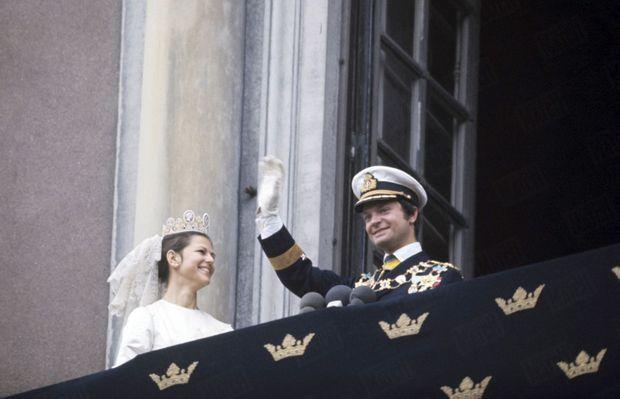 Le roi Carl XVI Gustaf et son épouse Silvia au balcon du Palais Royal de Stockholm, à l'occasion de leur mariage, le 19 juin 1976.