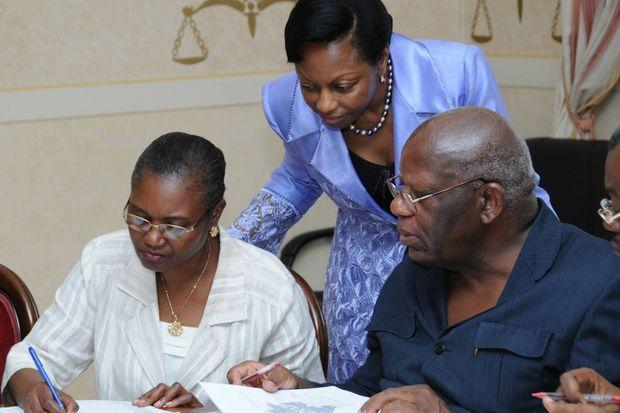 Marie Madeleine Mborantsuo ici lors du premier jour de recomptage de voix le 30 septembre 2009. Les résultats proclamés le 12 octobre donnait Ali Bongo vainqueur.