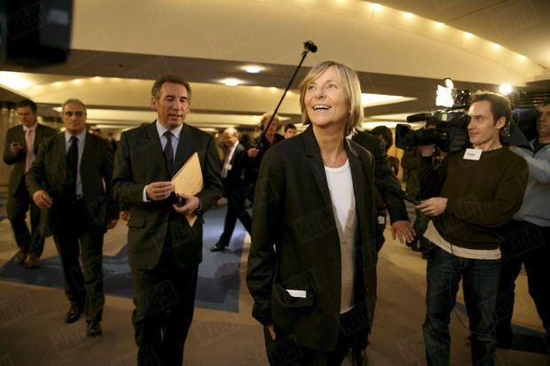 Marielle de Sarnez, directrice de campagne de François Bayrou, suivie du candidat à la présidentielle, à paris en février 2007.