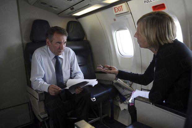 Marielle de Sarnez et François Bayrou, dans l'avion du retour après un meeting à Ajaccio pour la présidentielle, en avril 2007.