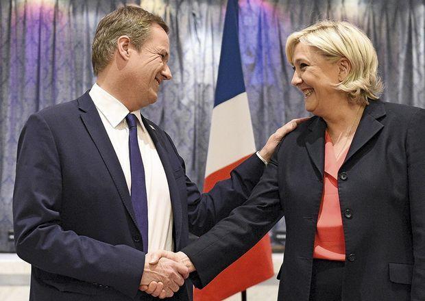 Nicolas Dupont-Aignan et Marine Le Pen lors de leur conférence de presse commune, le 29 avril.