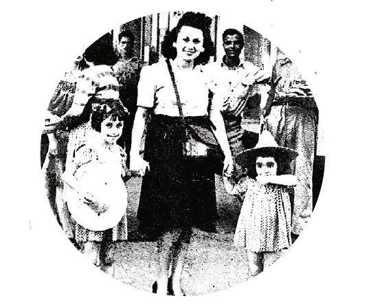 Marion Game, à g., au côté de sa mère et de sa petite soeur, dans les rues de Casablanca