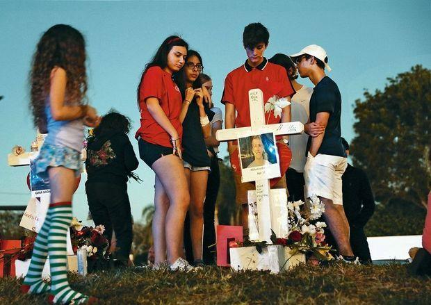 Un mémorial improvisé par les étudiants en l'honneur d'un camarade de 17 ans, devant le lycée Marjory-StonemanDouglas, le 18 février.