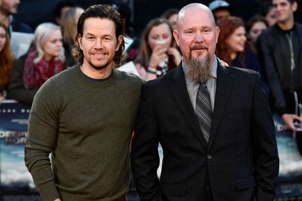 """Mark Wahlberg et Mike Williams lors de la première de """"Deepwater"""" à Londres, en septembre 2016."""