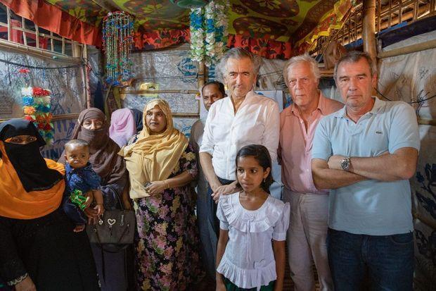 Mars 2020, Bangladesh. Dans un camp de Rohingyas, avec Gilles Hertzog, compagnon de tous les reportages, et Marc Roussel, coréalisateur du film « Une autre idée du monde ».