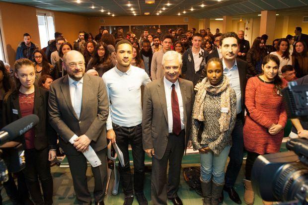 Martin Schulz et Claude Bartolone posent avec les lycéens qui les ont questionnés.