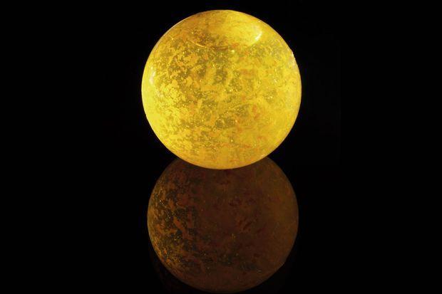 Baptisé « canette », ce contenant du futur a été inventé par Thierry Marx et Raphaël Haumont, physico-chimiste. Fabriqué à partir d'algues, il est étanche, souple, comestible et biodégradable. On peut y intégrer des zestes d'orange, comme ici. Il disparaît en trois jours d'enfouissement dans la terre.