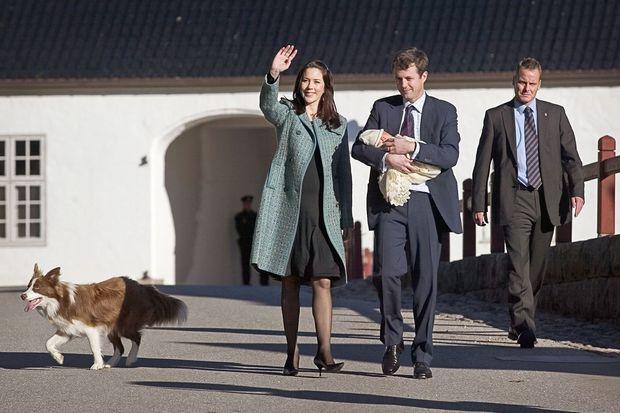 Ziggy est aux côtés de la princesse Mary et des princes Frederik et Christian, le 18 octobre 2005