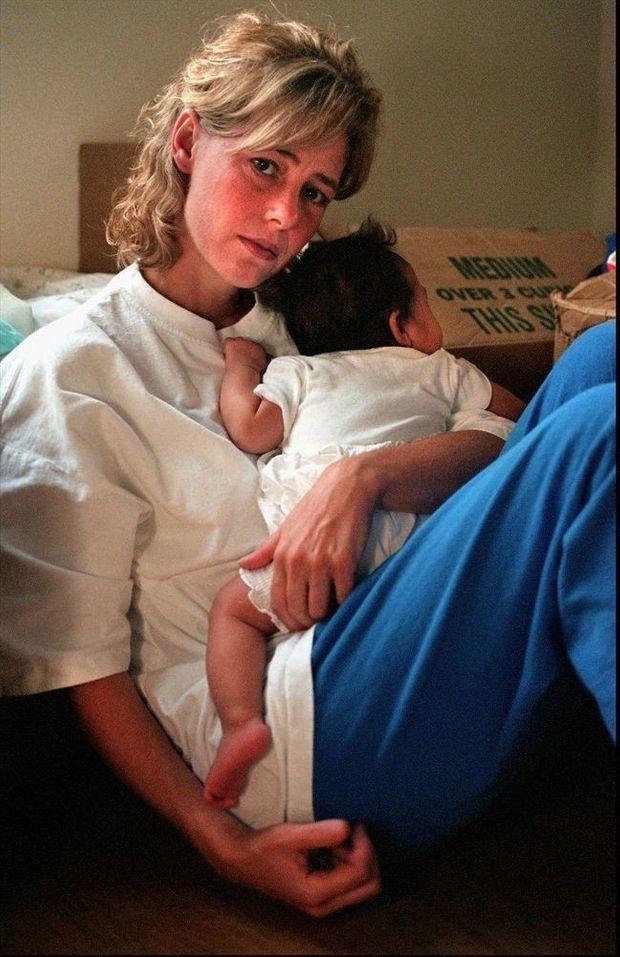 Mary Kay Letourneau avec sa fille Audrey, née de sa relation avec Vili, au parloir de la prison, en juillet 1997.