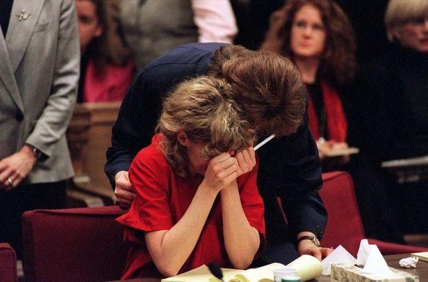 Mary Kay Letourneau lors de son procès en 1998, où elle est condamnée à sept années et demi de prison pour viol sur mineur.