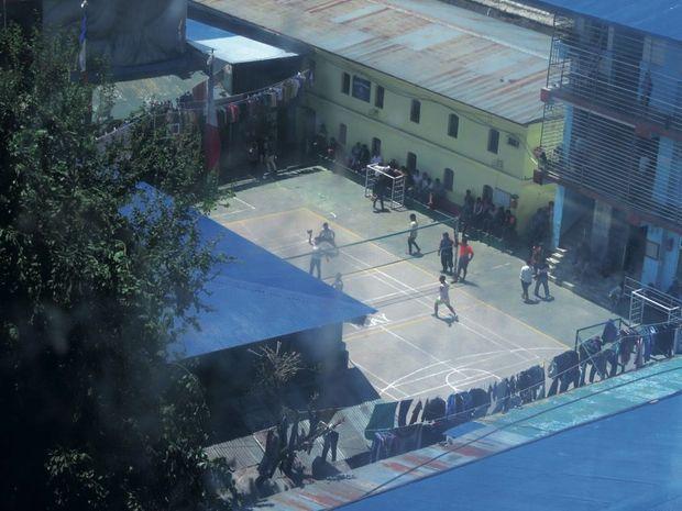 Match de volley du pénitencier de Katmandou, au Népal, en avril dernier. Il y purge depuis 2003 deux peines de vingt ans d'emprisonnement.