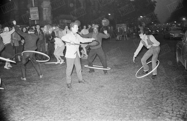 Soirée hula-hoop à Saint-Germain des Près, le 12 octobre 1958.