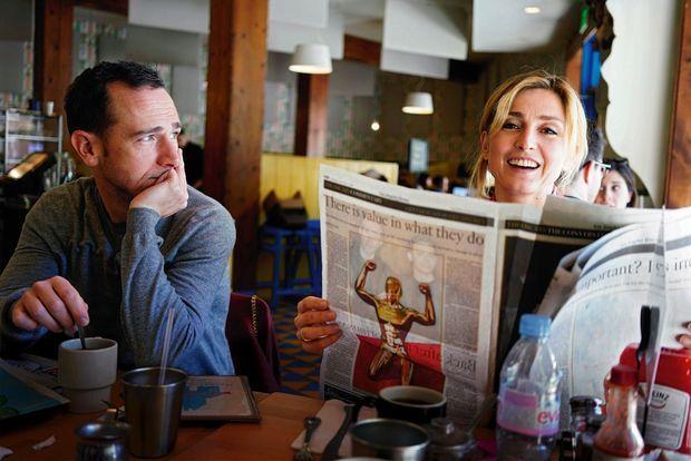 Au Beachwood Cafe, le 4 mars. A g., Mathieu Busson avec qui Julie coréalise « Cinéast(e)s », un documentaire sur la place des femmes dans le cinéma.