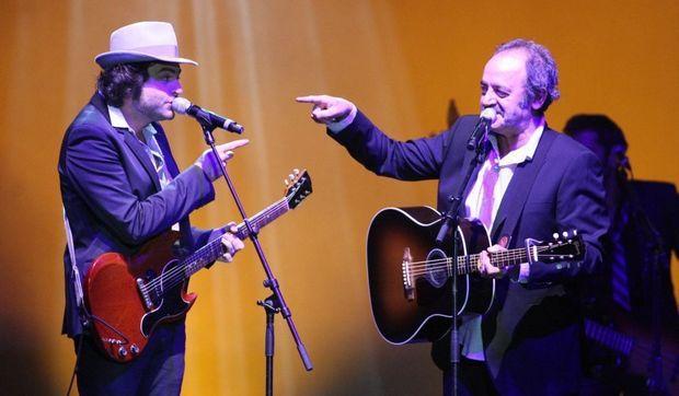 Mathieu et Louis Chedid sur scène.