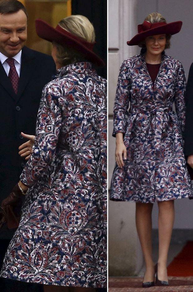 La reine Mathilde de Belgique dans son manteau Natan à Varsovie le 13 octobre 2015