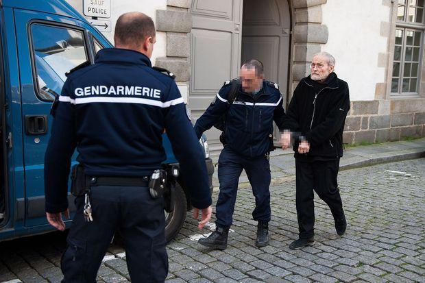 Maurice Agnelet escorté par la gendarmerie, après sa condamnation définitive, en avril 2014.