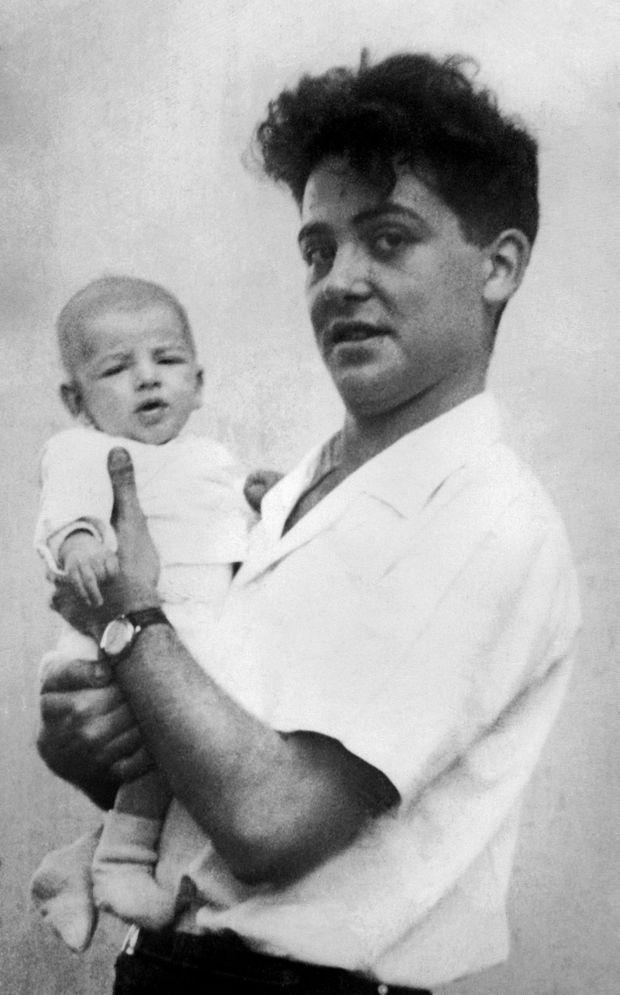 Maurice Audin tenant dans ses bras l'un des trois enfants qu'il a eus avec Josette.
