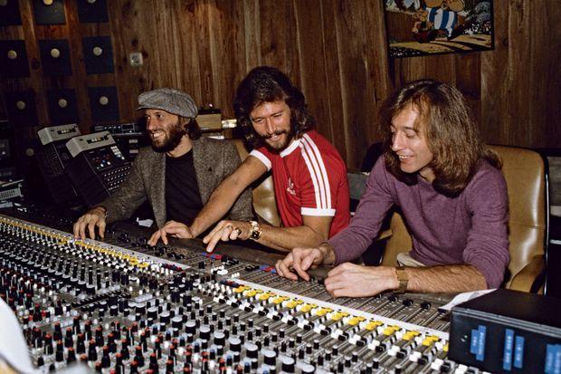 Maurice, Barry et Robin Gibb dans leur studio de Miami, en 1981.