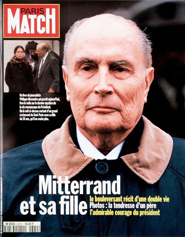 Parue dans le numéro de Paris Match n° 2372 daté du 10 novembre 1994, cette photo marque la seconde naissance de Mazarine, alors âgée de 19 ans. Devant le célèbre restaurant parisien Divellec, la jeune femme s'attarde au côté de son père, de sa mère, Anne Pingeot, et de son petit ami de l'époque, Ali Baddou (à dr.). Une révélation contre laquelle le président n'élève pas de protestation. «Avouez que c'est quand même une belle histoire », dira-t-il