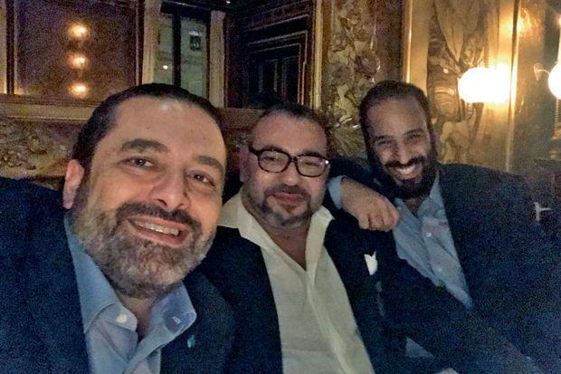 Lundi 9 avril, à Paris. De g. à dr., le Premier ministre libanais Saad Hariri, le roi Mohamed VI du Maroc en grande forme et « MBS ». Un selfie pour afficher leur entente.