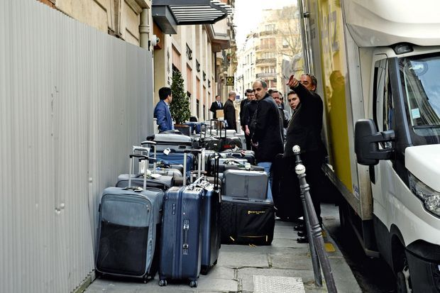 les Les nombreux bagages de la suite saoudienne sont livrés dans un hôtel près des Champs-Elysées.