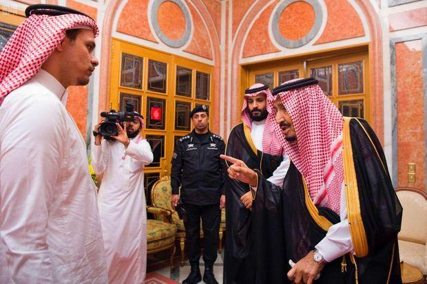 Salah Khashoggi face au roi Salmane et au prince héritier Mohammed ben Salmane.