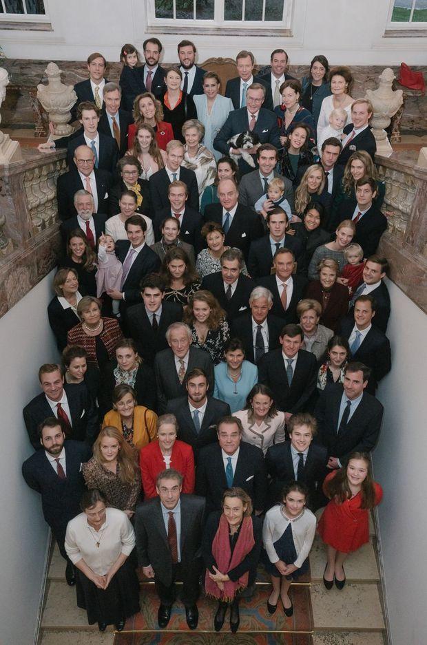 L'une des deux photos de groupe des descendants de la grande-duchesse Charlotte de Luxembourg à Colmar-Berg, le 26 novembre 2019