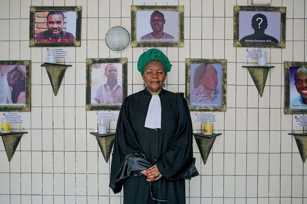 Me Alice Nkom devant le mur de la mémoire de l'Association pour la défense des homosexuels à Douala.