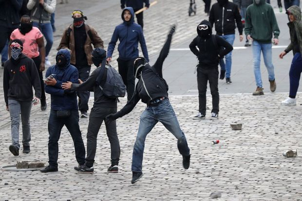 Manifestants antifascistes, lundi, avant le meeting de Marine Le Pen au Zénith de Paris.