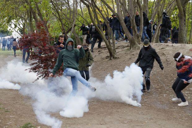 Affrontements avec les forces de l'ordre en marge du meeting de Marine Le Pen, lundi à Paris.