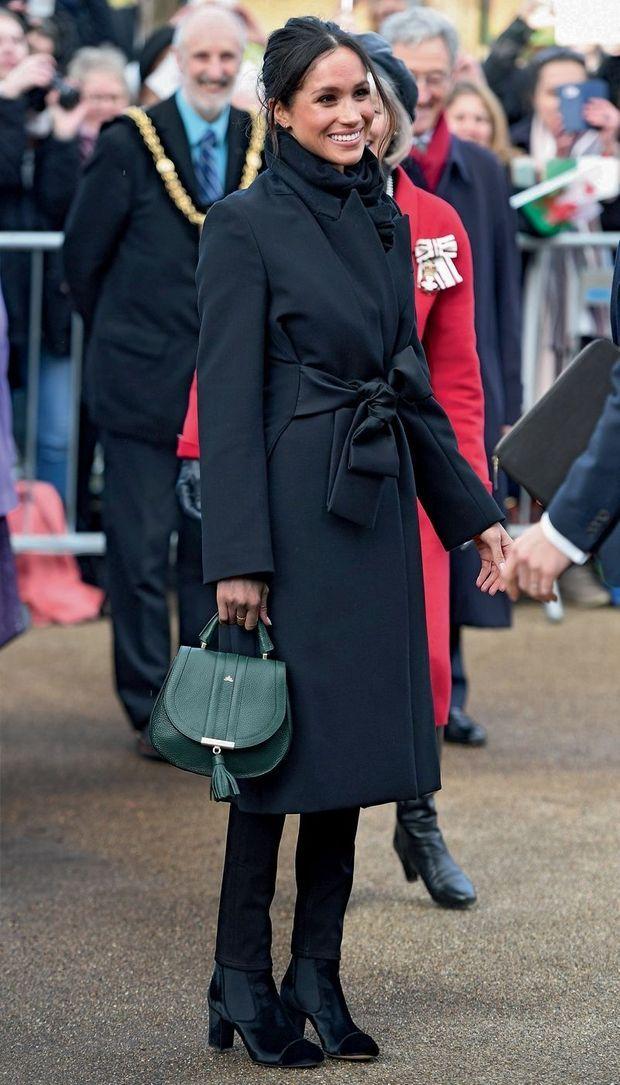 Meghan Markle à Cardiff tout de noir vêtue.