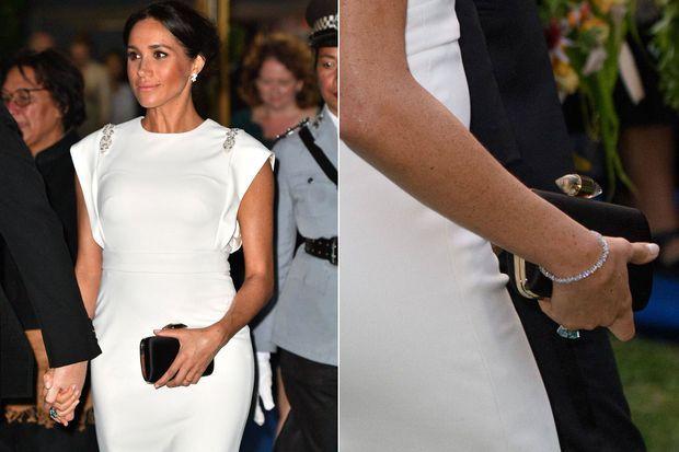 Meghan portant la bague topaze de Lady Diana lors de son voyage au Tonga en 2018
