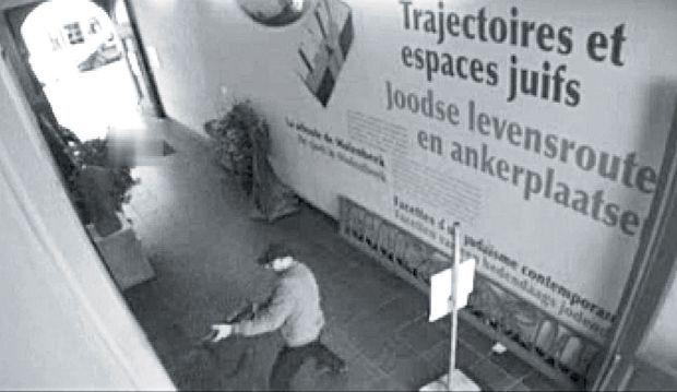 Mehdi Nemmouche est accusé d'avoir tué 4 personnes en tirant dans le hall d'entrée du Musée juif de la capitale belge le 24 mai 2014, comme le montre cette image de surveillance.