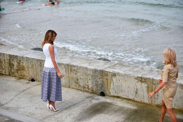 Melania Trump et Brigitte Macron lundi à Biarritz, pour une démonstration de sauvetage côtier sur la plage de la Côte des Basques.