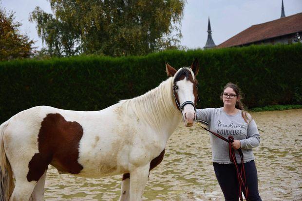 Mélissa avec Helsa Trois Vallées, son paint horse, à Berny-en-Santerre.