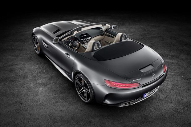 La nouvelle Mercedes AMG GT Roadster, avec sa ligne au tracé digne des plus grands classiques de l'automobile, devrait attirer les regards.