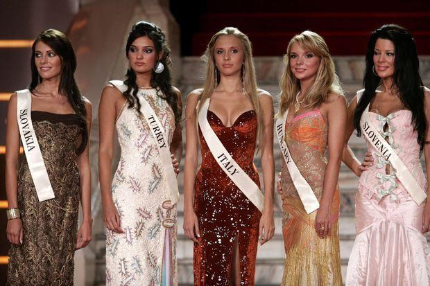 Merve Büyüksaraç (deuxième en partant de la gauche) avait participé en 2006 au concours de Miss Monde.