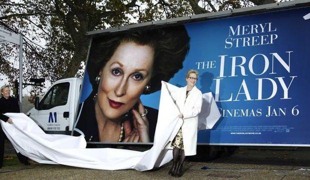 """Meryl Streep dévoilant l'affiche de """"La Dame de fer"""""""