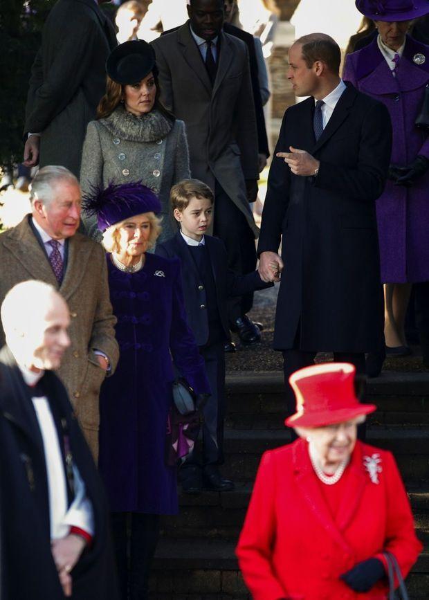 A 9 heures, la Reine a assisté à une messe avec Andrew. Deux heures plus tard, pour l'office officiel, elle apparaît seule.