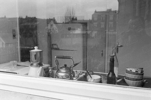 « La cuisine. Ici, Louise reçut Odile, lui proposa un café mélangé de taupicine, puis, sous prétexte de la soigner, lui donna un narcotique. » - Paris Match n°625, 1er avril 1961