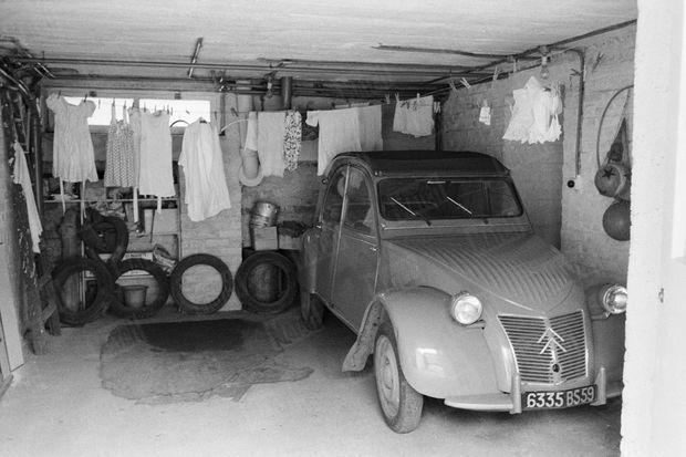 « Le garage. Ici elle agonisa 24 heures tandis qu'au-dessus la vie continuait dans la maison. Dans cette 2 CV ses bourreaux l'emmenèrent. » - Paris Match n°625, 1er avril 1961
