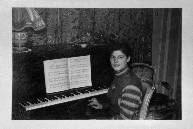 « Au piano, dans le petit salon de ses parents. Elle aimait par-dessus tout Hændel et Albinoni. » - Paris Match n°625, 1er avril 1961