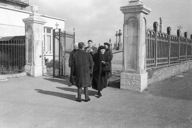 « La douleur d'une famille devant la porte du cimetière de Saint-Saulve. » - Paris Match n°625, 1er avril 1961