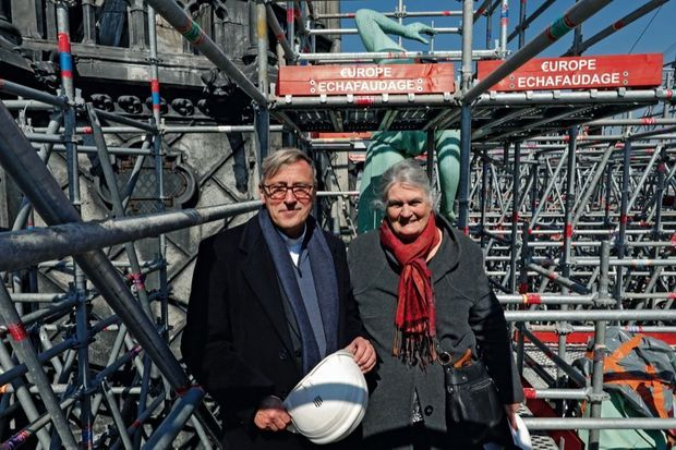 Mgr Patrick Chauvet, recteur de Notre-Dame, et Hélène Delage, descendante du sculpteur Adolphe-Victor Geoffroy-Dechaume.